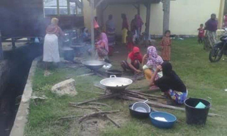 Mengintip Tradisi Masak Bubur Nasi Massal di Kuala Leuge