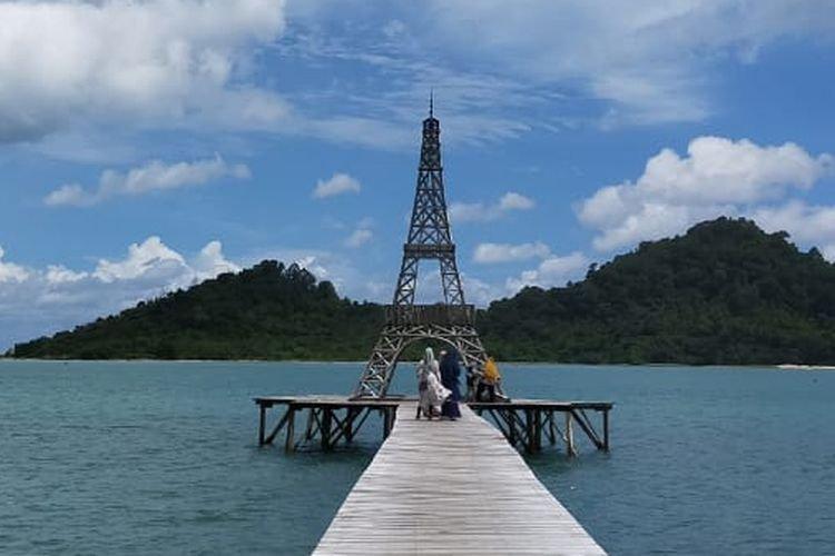 Ada Miniatur Menara Eiffel di Pantai Aceh